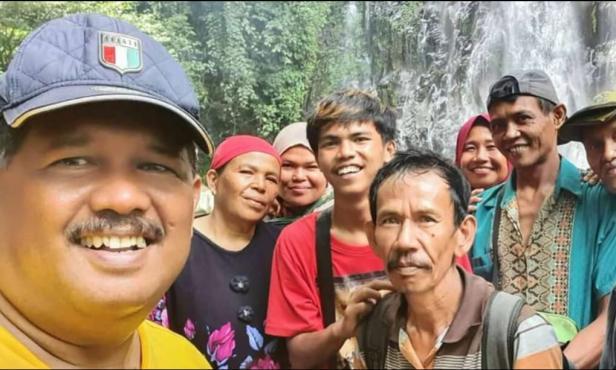Wakil Ketua DPRD Pasaman Barat, Daliyus K bersama masyarakat saat meninjau lokasi air terjun siburai-burai padang