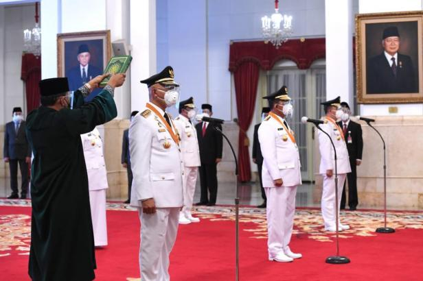 Pengambilan sumpah jabatan saat pelantikan Mahyeldi - Audy Joinaldy sebagai Gubernur dan Wakil Gubernur Sumbar terpilih