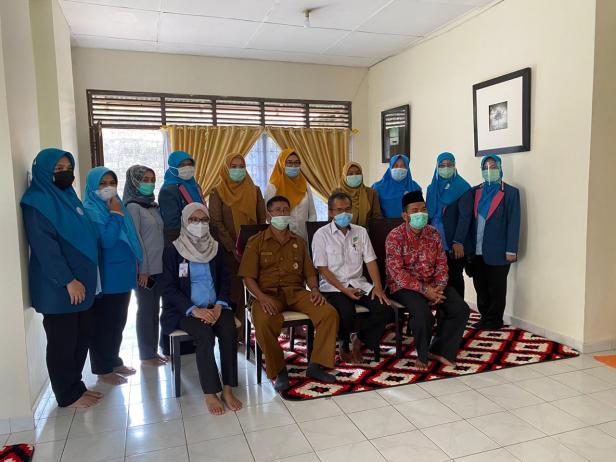 Foto bersama di dalam Rumah Singgah Yayasan Semen Padang saat kunjungan Dinsos Padang
