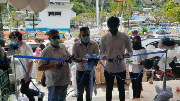 Owner Foreshtree Coffee memotong pita sebagai tanda Grand Opening Foreshtree Coffee cabang Batang Arau