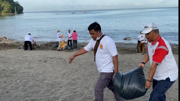 Gerindra Sumbar bersihkan Pantai Padang dari sampah.