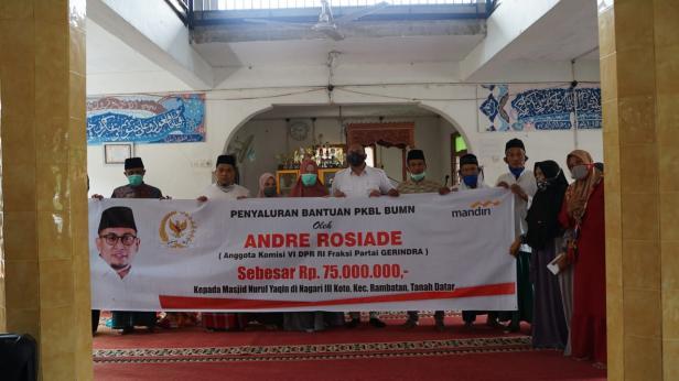 Andre Rosiade menyerahkan bantuan secara simbolis