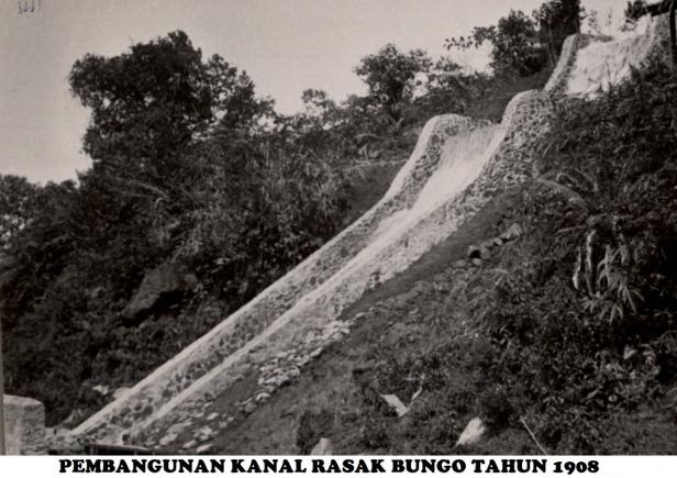 Foto saluran air ke PLTA Rasak Bungo saat dibangun Belanda pada 1908 (dokumen Humas PT Semen Padang)