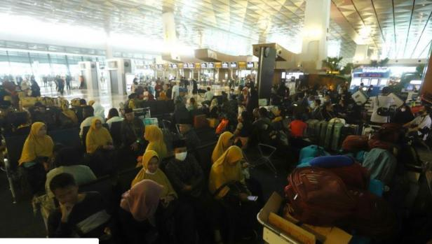 Calon Jamaah Umroh menunggu kepastian pemberangkatan ke Tanah Suci Mekah di Terminal 3 Bandara Soekarno Hatta (Suara.com)