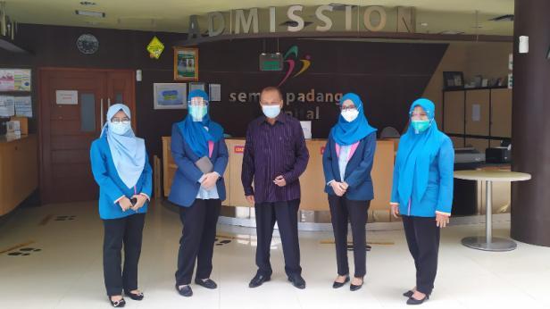 Kunjungan Anggota DPR RI Komisi IX Suir Syam  dalam rangka pemberian bantuan sembako pada petugas medis yang di SPH, Selasa (3/11)