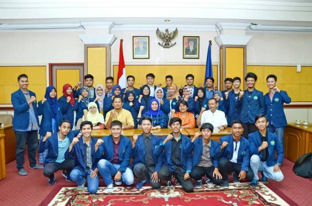 Diana Kartika jadi Profesor Bahasa Jepang pertama se-Sumatera, foto bersama dengan para mahasiswa Universitas Bung Hatta.