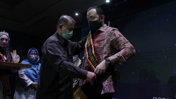 Wako Padang Panjang menerima penghargaan dari Wagub Sumbar Nasrul Abit