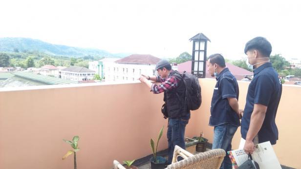 Dua Orang wartawan Solsel menyaksikan teknik Erison J Kambari mengambil foto