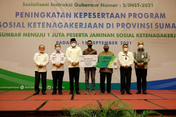 Pemko Padang Panjang menerima penghargaan di salah satu hotel di Kota Padang