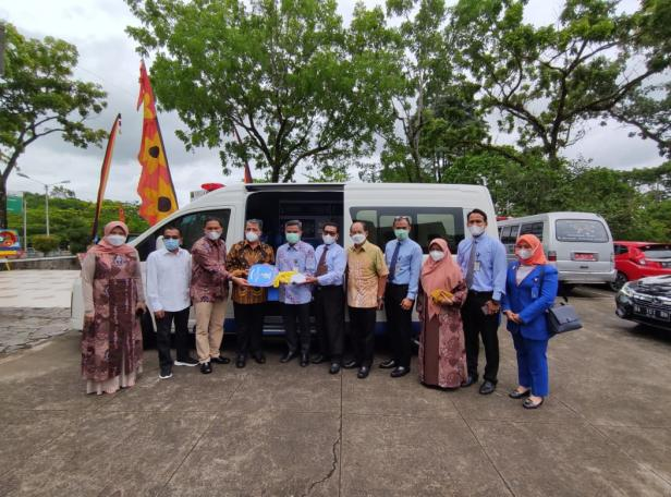 Foto bersama di depan mobil ambulans dari CSR Bank Nagari untuk RS Unand