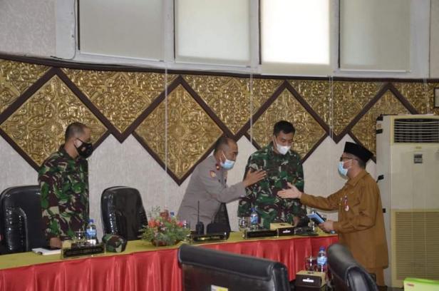 Walikota Padang Hendri Septa menyalami perwakilan unsur  Forkopimda yang hadir saat paripurna Ranperda Pertanggungjawaban Pelaksanaan APBDTA 2020 di Ruang Sidang Utama DPRD Kota Padang