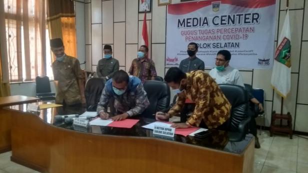 Plt Bupati Solsel Abdul Rahman dan Ketua DPRD Solsel Zigo Rolanda menandatangani Berita Acara LHP disaksikan Sekda Yulian Efi