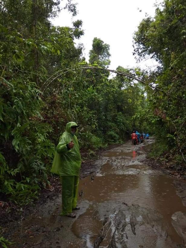 Kondisi jalan menuju Pasapuat digenangi air dan lumpur