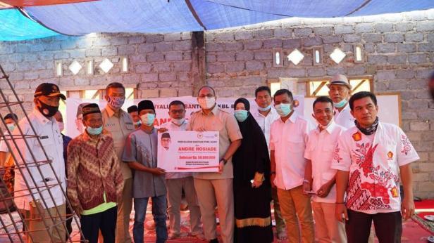 Andre Rosiade serahkan bantuan secara simbolis kepada pengurus masjid di Kabupaten Solok