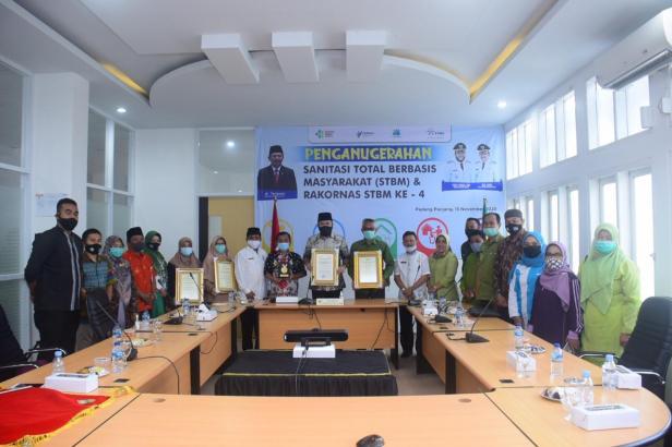 Foto bersama usai Wako Padang Panjang terima penghargaan Sanitasi Total Berbasis Masyarakat (STBM) Award tahun 2020
