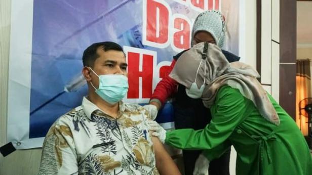 Pj. Sekda Solsel Doni Rahmat Samulo saat penyuntikan vaksin