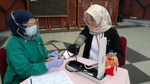 Kepala Unit Humas & Kesekretariatan PT Semen Padang Nur Anita Rahmawati sedang mebjalani pemeriksaan cek tensi darah sebelum mendonorkan darahnya ke PMI Kota Padang.
