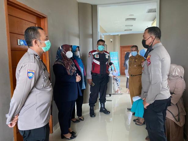 Kapolsek dan Direktur Operasional SPH saat meninjau pelaksanaan vaksin