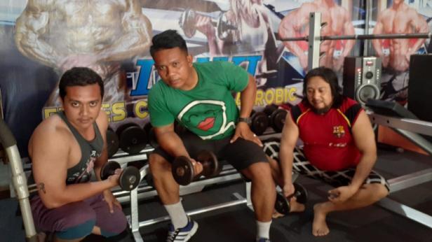 Jondrizal (tengah) atlet binaraga binaan FKKSP memanfaatkan waktu luang untuk fitnes di tempat kebugaran Luki Fitnes