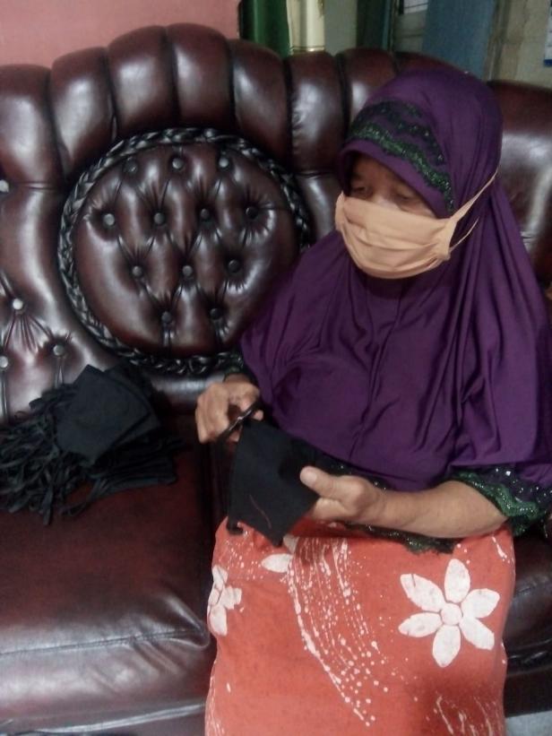 Salah seorang penjahit masker di Gang Melayu memperlihatkan masker yang sudah diproduksi.
