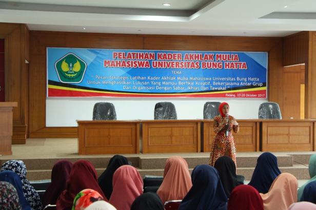 Diana Kartika jadi Profesor Bahasa Jepang pertama se-Sumatera, tengah memberi pencerahan kepada mahasiswa UBH