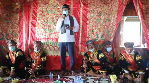 Gubernur Sumbar Irwan Prayitno menghadiri pemberian gelar pada Pjs Bupati Solsel Jasman Rizal yang resmi menyandang gelar Datuk Bandaro Bendang dari Kaum Kampai Nan 12 di Bauah Kanagarian Pasir Talang, Kecamatan Sungai Pagu, Solok Selatan