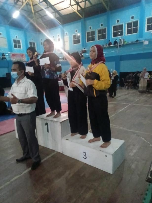 Anisa Zahara yang turun di Kelas C Putri Remaja (paling kanan) saat berada di podium tiga penyerahan medali perunggu.