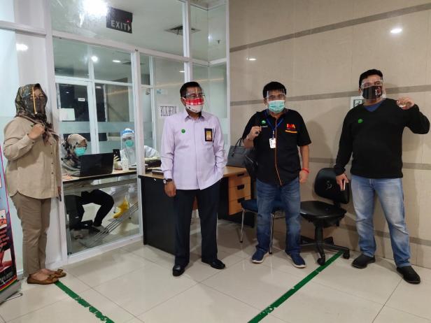 Direktur PNP dan IMA Chapter Padang mendampingi peserta ujian mengikuti seleksi mandiri masuk PNP