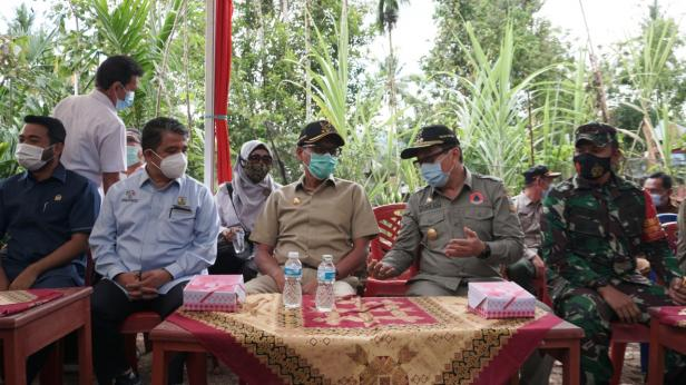 Gubernur Sumbar Irwan Prayitno Berbincang dengan Pjs Bupati Solsel saat meninjau Nagari Tageh penanganan Covid-19 Solsel