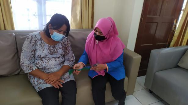 Keluarga pasien yang menginap di Rumah Singgah Yayasan Semen Padang tengah berdiskusi dengan pengurus