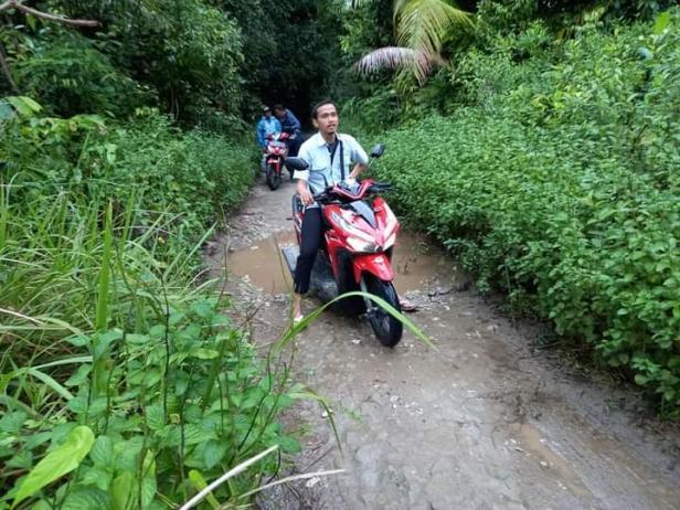 Jalan menuju Pasapuat selebar 1,5 meter yang berlubang