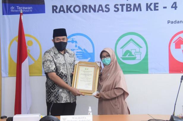 Wako Padang Panjang Fadly Amran terima penghargaan Sanitasi Total Berbasis Masyarakat (STBM) Award tahun 2020