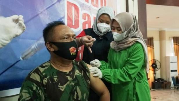 Pabung Kodim 0309 Solok Kapt Infanteri Suryadi disuntik vaksin Covid-19
