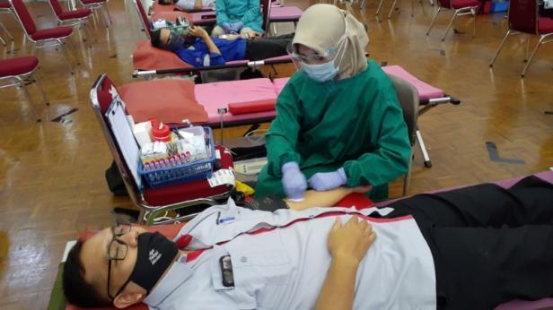 Salah aeorang karyawan Semen Padang bernama Firma Yudi sedang mendonorkan darahnya saat kegiatan dobor darah yang digelar Semen Padang bersama PMI Kota Padang.