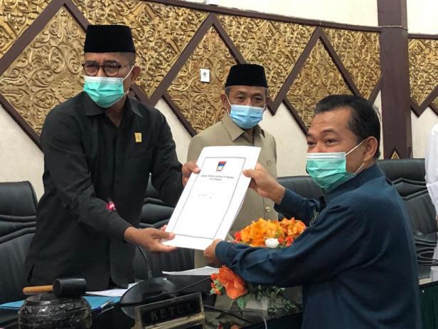 Ketua Komisi II DPRD Padang Yandri menyerahkan hasil kunjungan kerja ke DPRD Padang Syafrial Kani