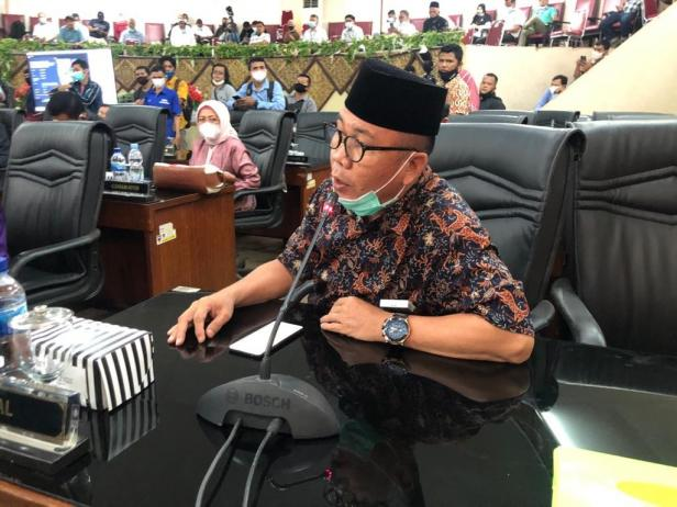 Anggota DPRD Padang menyampaikan pendapat pada rapat paripurna dalam rangka penyampaian usulan pemberhentian Walikota Padang dan pengangkatan dan pengesahan wakil Walikota Padang menjadi Walikota Padang di sisa jabatan 2019-2024, bertempat di Gedung DPRD Kota Padang, Rabu (3/3)