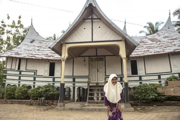 Puti Puan Aciak Sariana, melintas di Rumah Gadang Kerajaan Siguntua, salah satu kerjaan tua Dharmasraya yang masih ada hingga hari ini
