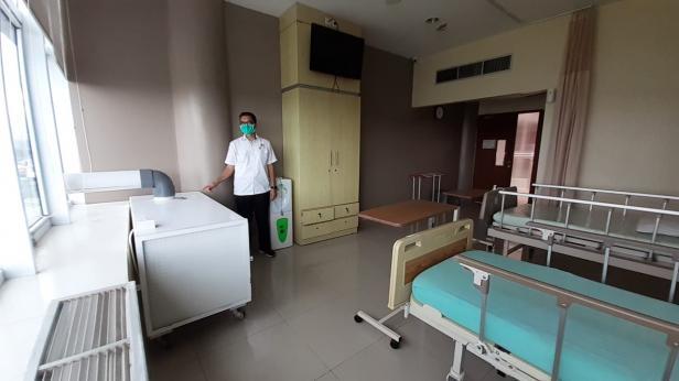 Sekretaris Yayasan Semen Padang Eko Bagus Priyuantoro menunjukkan ruangan  penambahan tempat tidur yang baru di Semen Padang Hospital, Senin. SPH memutuskan menambah 23 tempat tidur baru untuk meningkatkan kapasitas layanan bagi pasien COVID-19.