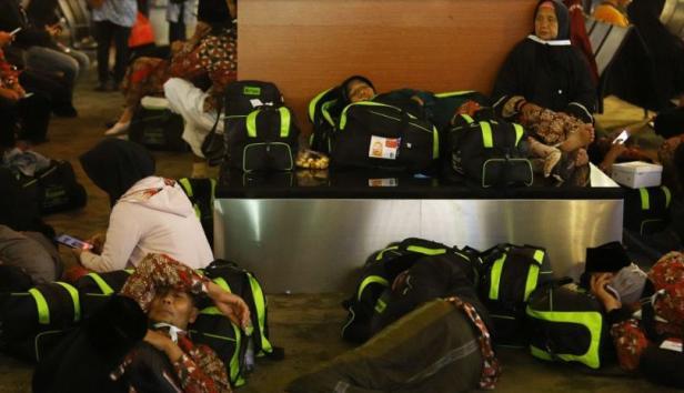 Calon Jamaah Umroh menunggu kepastian pemberangkatan ke Tanah Suci Mekah di Terminal 3 Bandara Soekarno Hatta, Tangerang, Banten, Kamis (27/2). [Suara.com