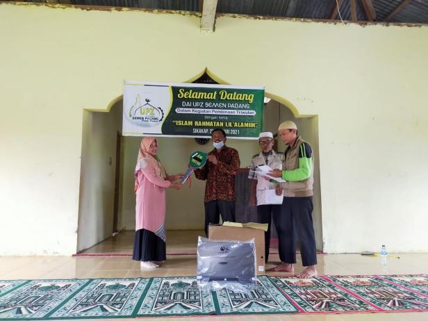 Mepala MTs Ruhama Emi Susanti, menerima bantuan sepeda motor operasional dari UPZ Baznas Semen Padang.
