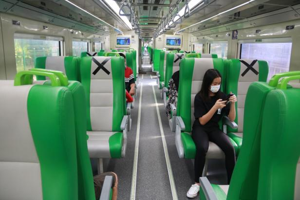 Tampak penumpang di dalam kereta Api Minangkabau Ekspress
