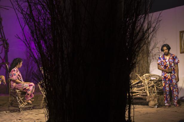 Dua aktor Nan Tumpah dalam pertunjukan Mencabik Pekik Sunyi