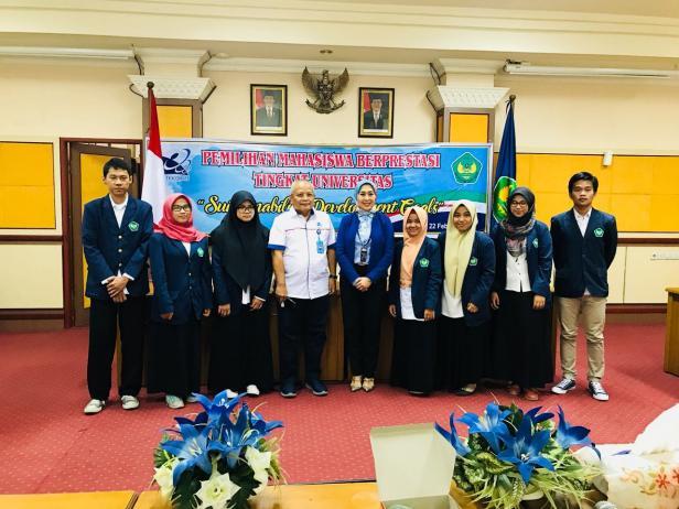 Diana Kartika jadi Profesor Bahasa Jepang pertama se-Sumatera, foto bersama dengan sekretaris LLDikti Wil X dan mahasiswa berprestasi