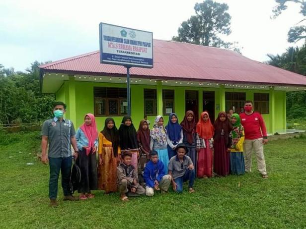Serikat Pekerja Karyawan Semen Padang foto bersama dengan siswa-siswi MTs Ruhama