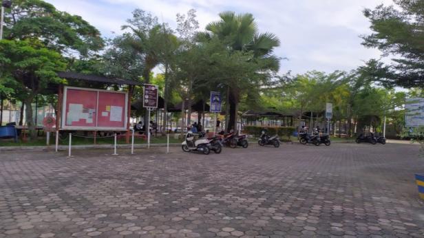 Luasnya lapangan parkir STMIK Indonesia Padang