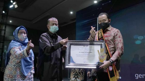 Penerimaan penghargaan diserahkan oleh Wagub Sumbar Nasrul Abit