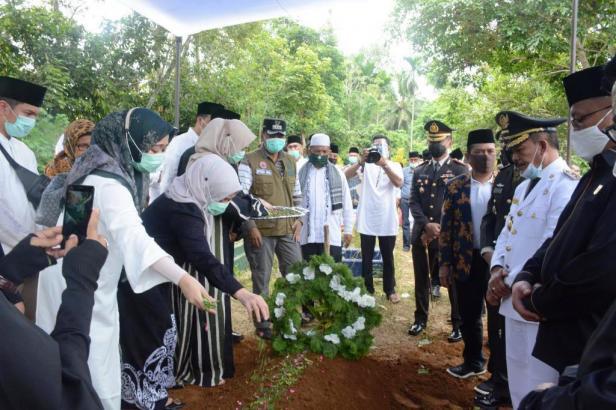 Keluarga Almarhum tabur bunga di tempat peristirahatan terakhir Almarhum Bupati Irdinansyah Tarmizi