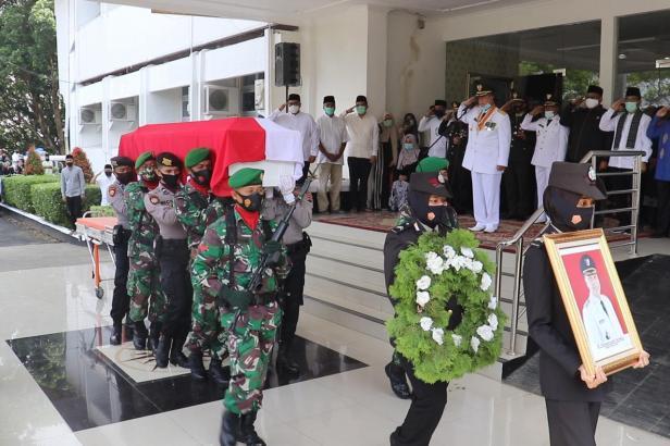 Wagub Sumbar Nasrul Abit melepas jenazah Almarhum Bupati Irdinansyah Tarmizi di Kantor Bupati Pagaruyung