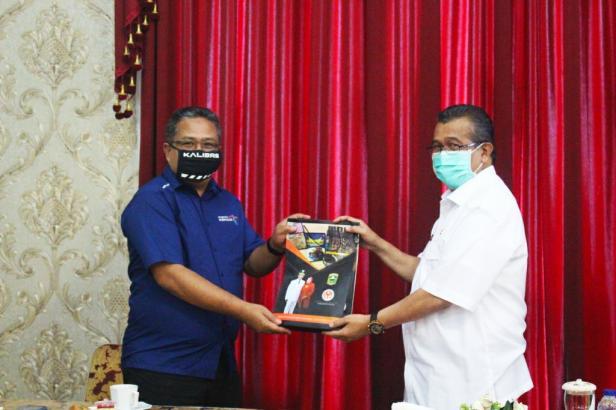 Bupati Solok, H. Gusmal menyerahkan cinderamata kepada tim verifikasi PWA Sumbar 2020, Syamsurizal.
