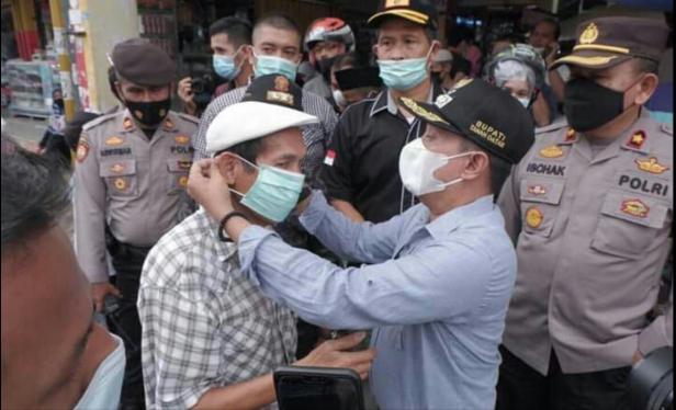 Bupati Eka Putra membagikan masker kepada masyarakat